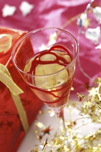 プレゼントとワイングラスの写真素材 [FYI04155921]