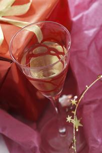 プレゼントとワイングラスの写真素材 [FYI04155922]