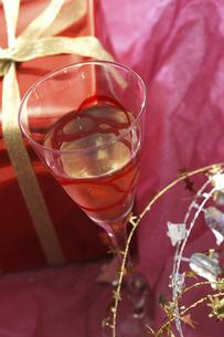 プレゼントとワイングラスの写真素材 [FYI04155923]