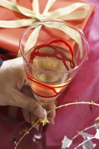 プレゼントとワイングラスの写真素材 [FYI04155924]