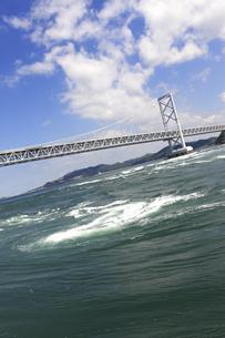 大鳴門橋と渦潮の写真素材 [FYI04156146]