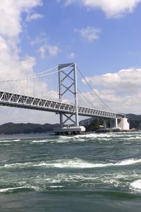 大鳴門橋と渦潮の写真素材 [FYI04156154]