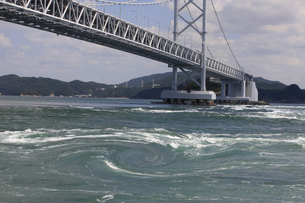 大鳴門橋と渦潮の写真素材 [FYI04156157]