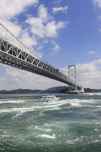 大鳴門橋と渦潮の写真素材 [FYI04156164]