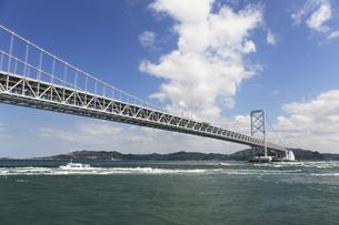 大鳴門橋と渦潮の写真素材 [FYI04156165]
