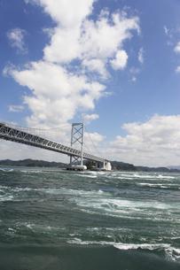 大鳴門橋と渦潮の写真素材 [FYI04156166]