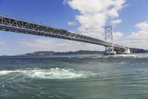 大鳴門橋と渦潮の写真素材 [FYI04156167]