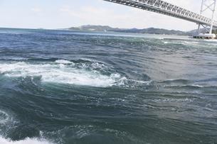 大鳴門橋と渦潮の写真素材 [FYI04156168]