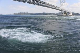 大鳴門橋と渦潮の写真素材 [FYI04156169]