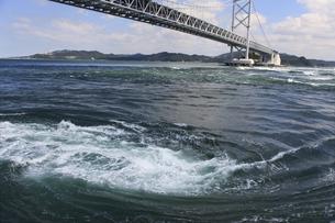 大鳴門橋と渦潮の写真素材 [FYI04156170]