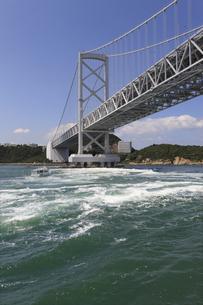 大鳴門橋と渦潮の写真素材 [FYI04156172]