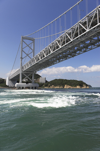 大鳴門橋と渦潮の写真素材 [FYI04156173]