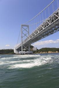 大鳴門橋と渦潮の写真素材 [FYI04156174]