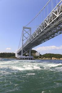 大鳴門橋と渦潮の写真素材 [FYI04156175]
