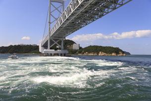 大鳴門橋と渦潮の写真素材 [FYI04156176]