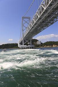 大鳴門橋と渦潮の写真素材 [FYI04156177]