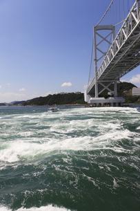 大鳴門橋と渦潮の写真素材 [FYI04156178]