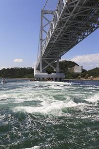 大鳴門橋と渦潮の写真素材 [FYI04156182]