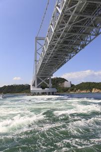 大鳴門橋と渦潮の写真素材 [FYI04156183]