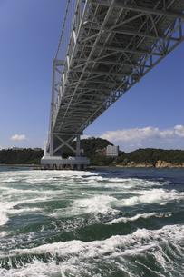 大鳴門橋と渦潮の写真素材 [FYI04156186]