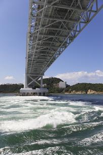 大鳴門橋と渦潮の写真素材 [FYI04156187]