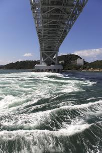 大鳴門橋と渦潮の写真素材 [FYI04156189]