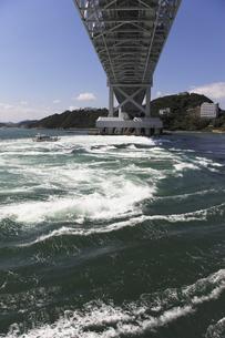 大鳴門橋と渦潮の写真素材 [FYI04156190]