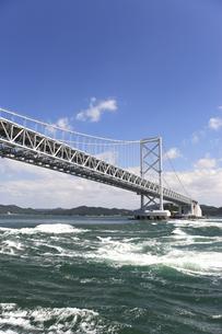 大鳴門橋と渦潮の写真素材 [FYI04156194]