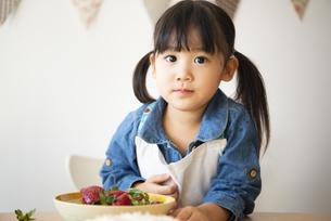 いちごの入ったお皿と女の子の写真素材 [FYI04157055]