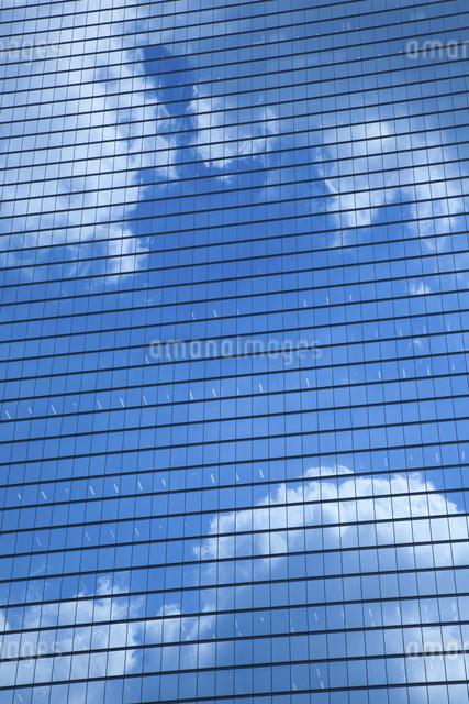 ビルの窓ガラスに映る雲ビルの窓ガラスに映る雲の写真素材 [FYI04158583]