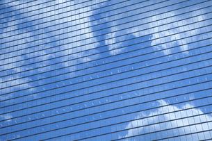 ビルの窓ガラスに映る雲の写真素材 [FYI04158584]