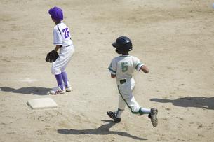 少年野球ランナーの写真素材 [FYI04158638]