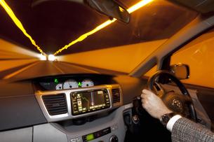 車内撮影のトンネル走行の写真素材 [FYI04159237]
