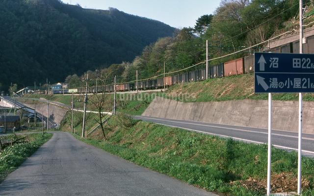 上越線 山間を行く貨物列車の写真素材 [FYI04160760]