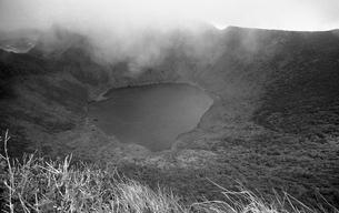 韓国岳山頂より大浪池の写真素材 [FYI04160837]