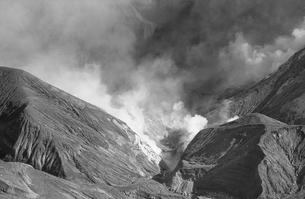 噴煙を上げる阿蘇中岳火口の写真素材 [FYI04160858]
