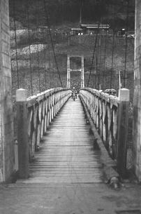 奥多摩湖 湖畔の村 鴨沢の写真素材 [FYI04161054]