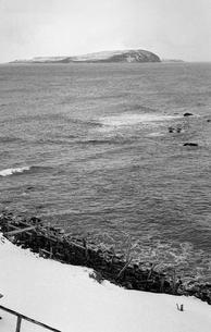 天売島から見る焼尻島の写真素材 [FYI04161372]