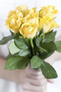 黄色いバラの花束を持った少女の写真素材 [FYI04162347]