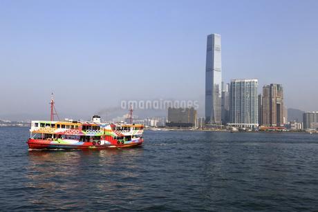 香港・ビクトリア湾を航行するスターフェリー。香港島と九龍半島の間で英国植民地時代から運行されている。これは観光船にも使われている仕様のものの写真素材 [FYI04163102]