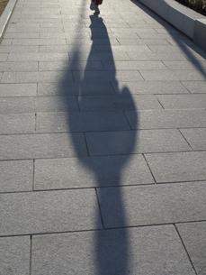 朝の散歩する人の影の写真素材 [FYI04164027]