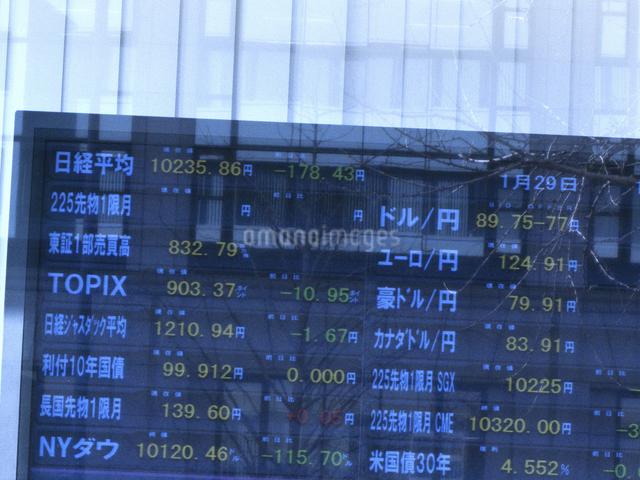 街頭の株式株価表示板の写真素材 [FYI04164356]