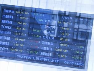 街頭の株式株価表示板の写真素材 [FYI04164359]