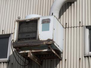工場の古いエアコンの室外機の写真素材 [FYI04164595]