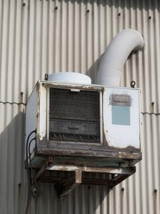 工場の古いエアコンの室外機の写真素材 [FYI04164598]