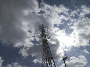 高電圧の電線と鉄塔の写真素材 [FYI04164639]