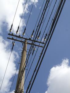 電柱の電線の写真素材 [FYI04164643]