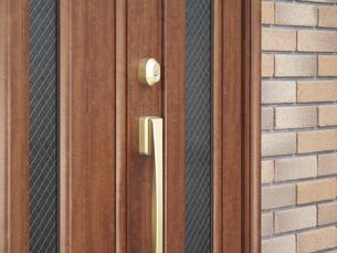 住宅の玄関ドアの写真素材 [FYI04164884]