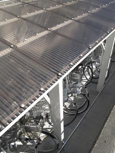 自転車置き場の採光用のトタン屋根の写真素材 [FYI04164984]