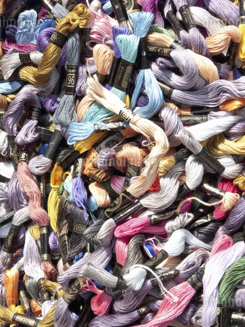 山積みされたカラフルな糸の写真素材 [FYI04165563]